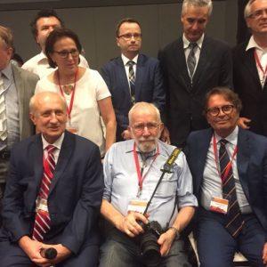 foto dei partecipanti al Simposio, al centro Robin Warren e alla sua destra il prof. Iaquinto